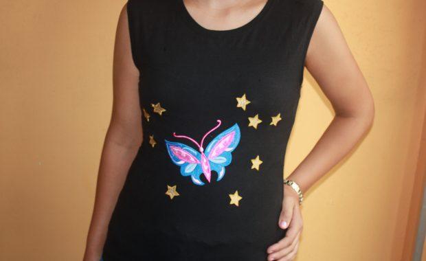 modelo con camiseta mariposa bordada