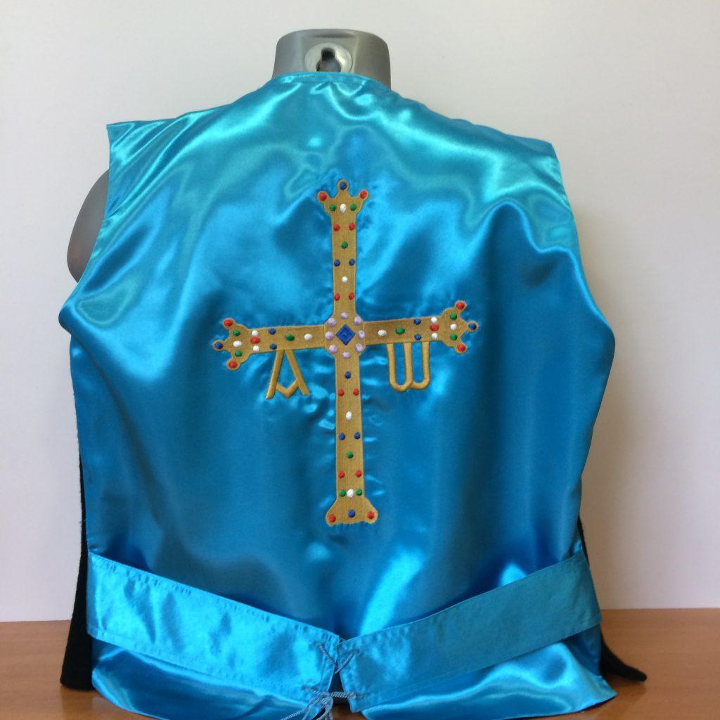 chaleco con la cruz de asturias bordado